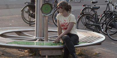 Een half jaar lang was op vier bankjes in Amsterdam Oost een geluidshoorn bevestigd: De Straatofoon. Wie daar ging zitten hoorde verhalen van bewoners van Oost. De Straatofoon is ontwikkeld en gerealiseerd door programmamakers Katinka Baehr en Maartje Duin.